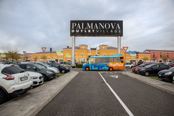 Il pullman in partenza dal Palmanova Outlet Village